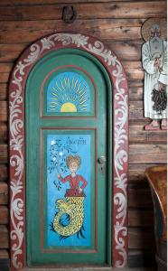 Dør fra peisestue m:Havfrue + St.Peter
