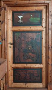 Dekorert dør i atelier - nøkken som fisker